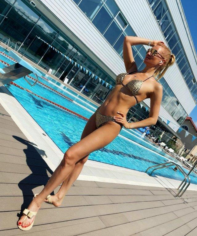 Олеся Судзиловская в золотом купальнике