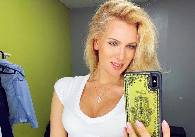 Олеся Судзиловская в белой футболке