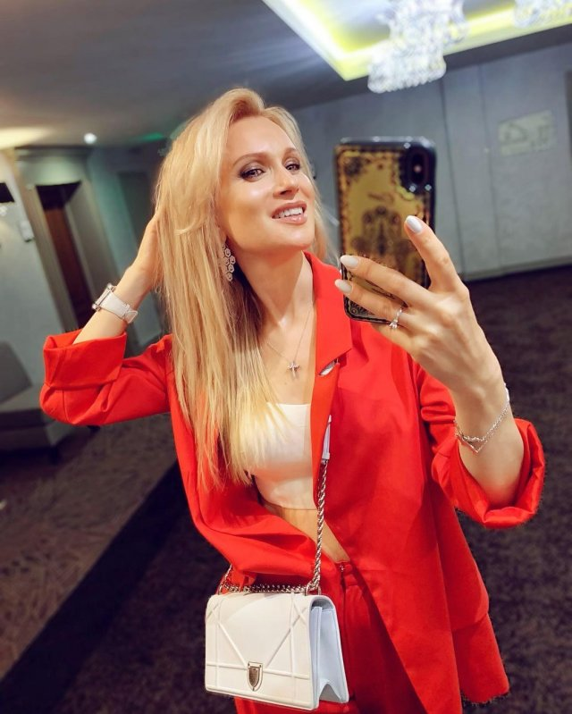 Олеся Судзиловская в красном костюме