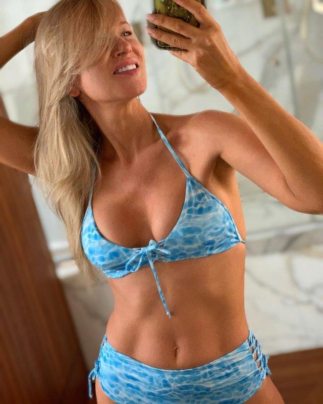 Олеся Судзиловская в синем купальнике