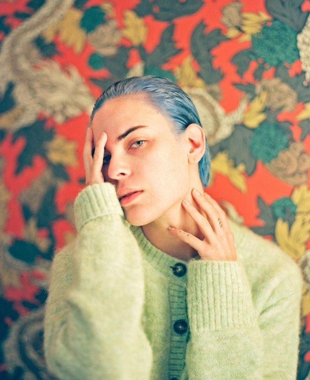 Дочь Брюса Уиллиса и Деми Мур - Таллула в зеленом свитере и синих волосах