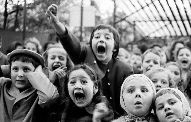 Дети в парижском уличном кукольном театре, 1963 г.