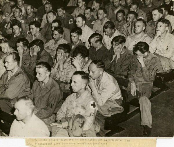 Немецкие военнопленные смотрят документальный фильм о концентрационных лагерях, 1945 г.