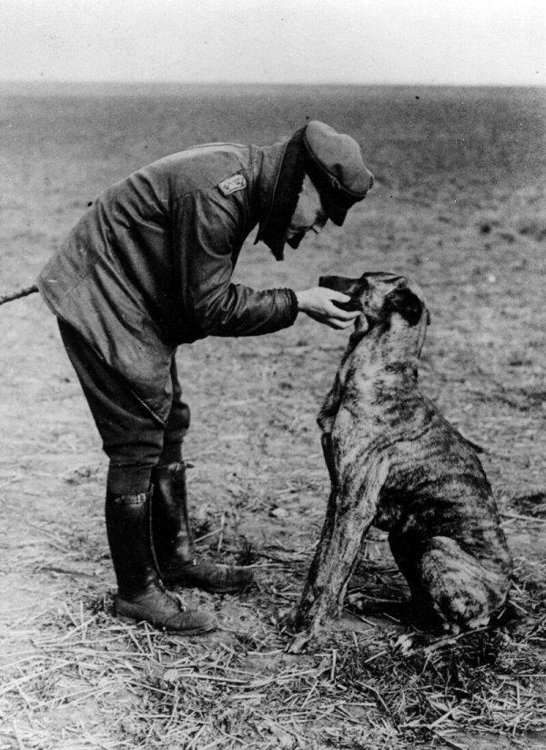 """""""Красный барон"""" Манфред фон Рихтгофен, знаменитый ас Первой мировой, со своей собакой"""