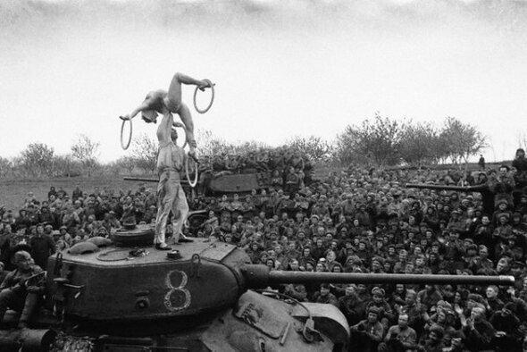 Циркачи выступают на фронте перед советскими солдатами, 1945 г.