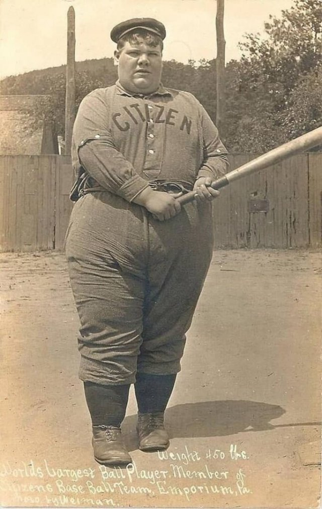Бейсболист, вес 450 фунтов (204 кг). Член команды Citizen, Город Эмпориум, Пенсильвания, 1910-e.