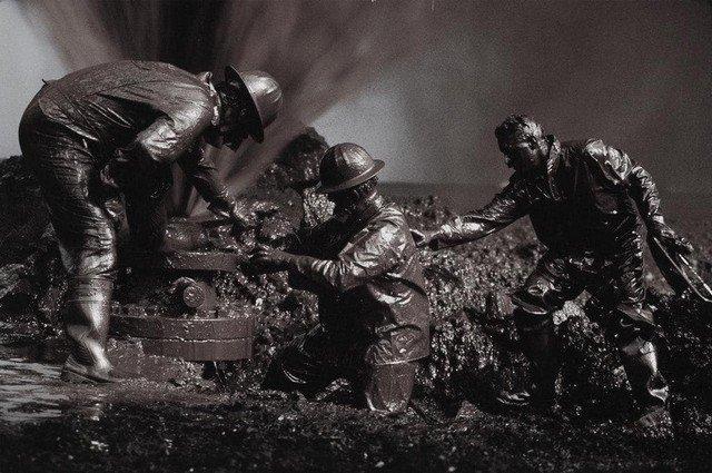 Пожарные запечатывают нефтяную скважину во время нефтяных пожаров, Кувейт, 1991 год.