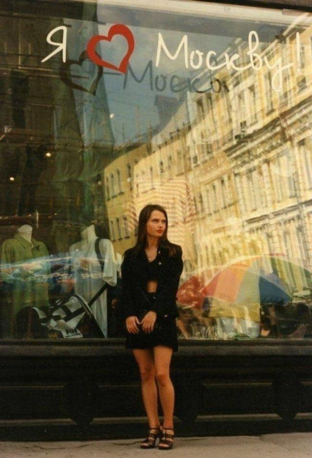 Девушка у витрины магазина. Москва, 1996 год.