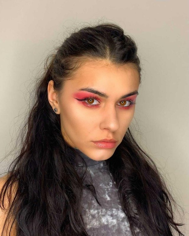 Участница голой фотосессии в Дубае Наталья Чуприна с ярким макияжем
