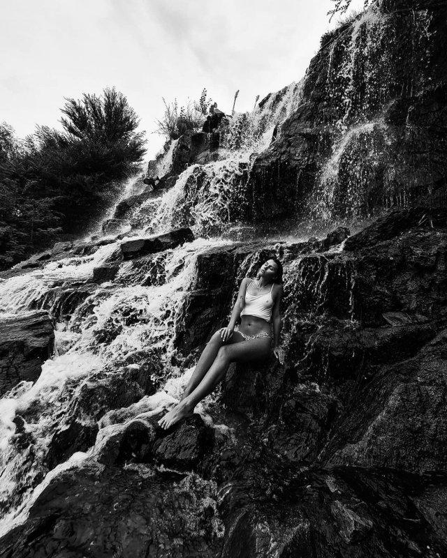 Участница голой фотосессии в Дубае Наталья Чуприна в боди у водопада