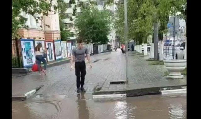 Лайфхак из Ростова-на-Дону: как не намочить ноги, переходя через огромную лужу?