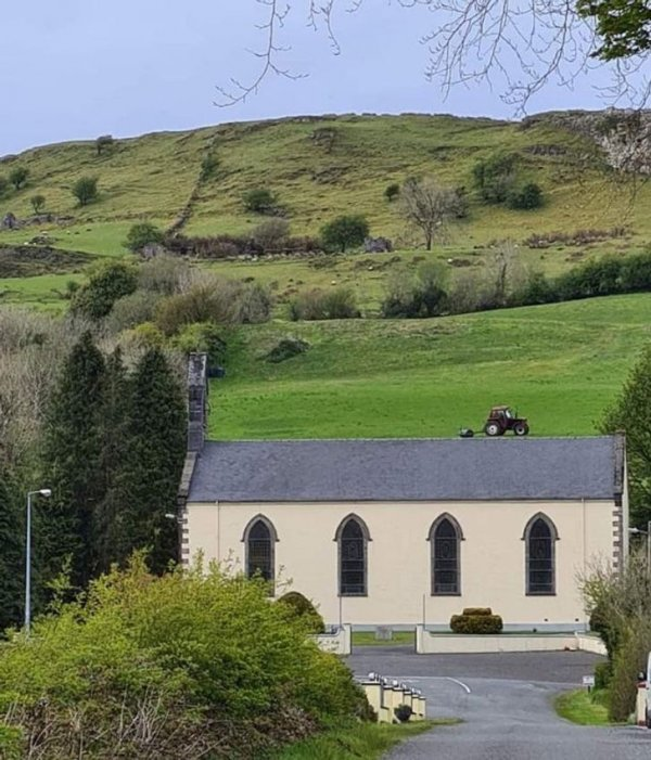 Трактор на крыше церкви в Ирландии