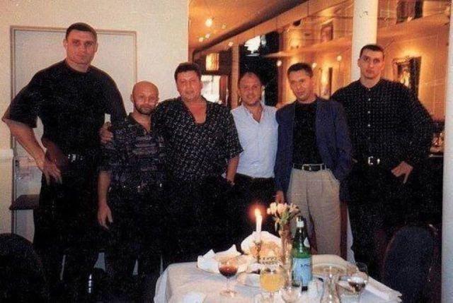 Сашко Билый и киевский криминальный авторитет Виктор Рыбалко с охраной — братьями Кличко, 90-е.