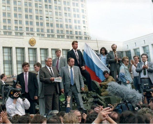 Виктор Золотов (нынешний глава Росгвардии) охраняет Бориса Ельцина во время путча 1991 года.