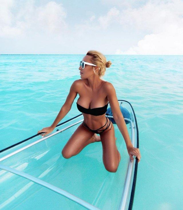 Модель и фитнес-блогер Виктория Демидова в черном купальнике