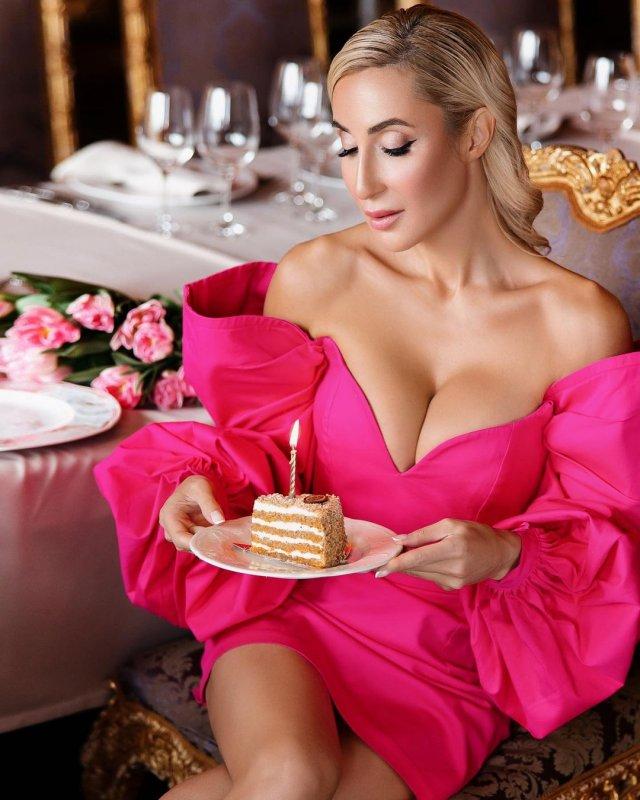 Модель и фитнес-блогер Виктория Демидова в розовом платье с декольте