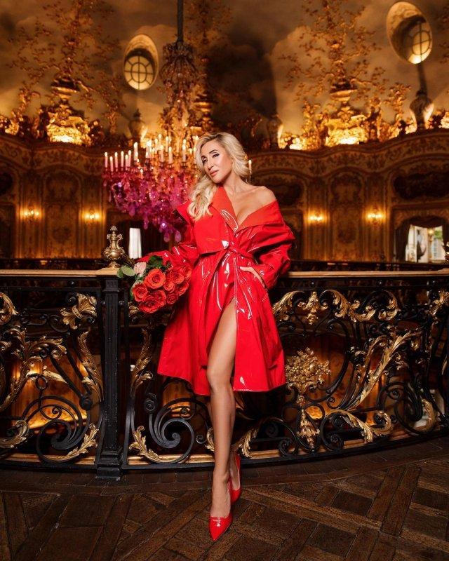 Модель и фитнес-блогер Виктория Демидова в красном плаще