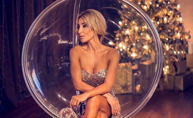 Модель и фитнес-блогер Виктория Демидова в платье с декольте