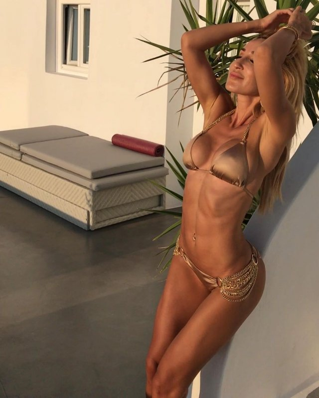 Модель и фитнес-блогер Виктория Демидова в золотом купальнике