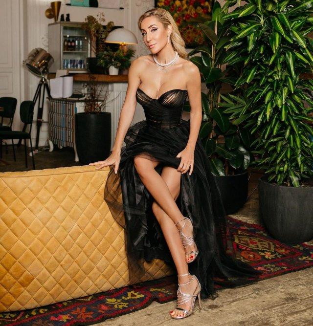Модель и фитнес-блогер Виктория Демидова в черном платье