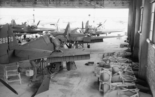 Сборка американских истребителей Curtiss P-40, предназначенных для ВВС Красной армии (завод в Иране, 1943)