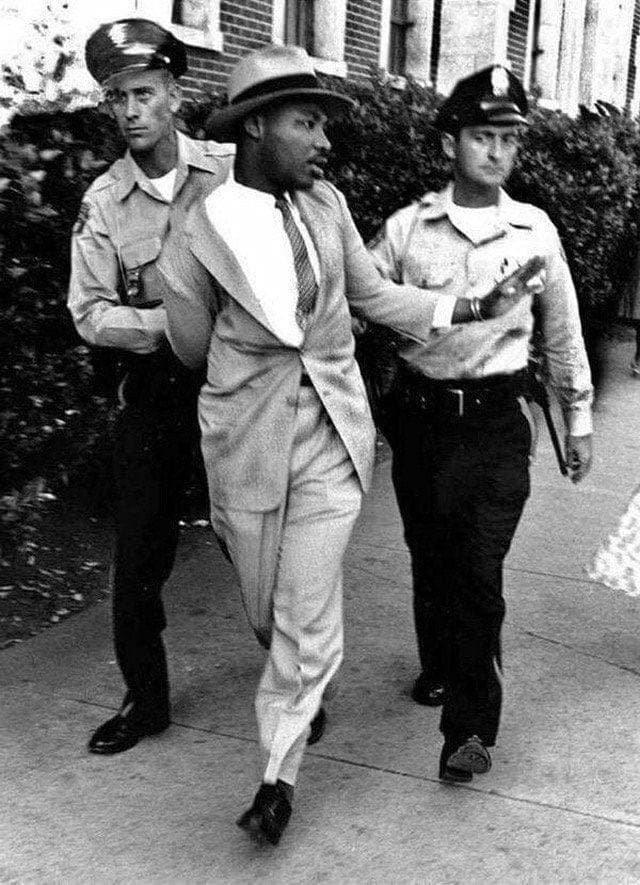 Мартина Лютера Кинга арестовали за то, что он требовал обслуживания в ресторане только для белых. США, Штат Флорида, 1964 год