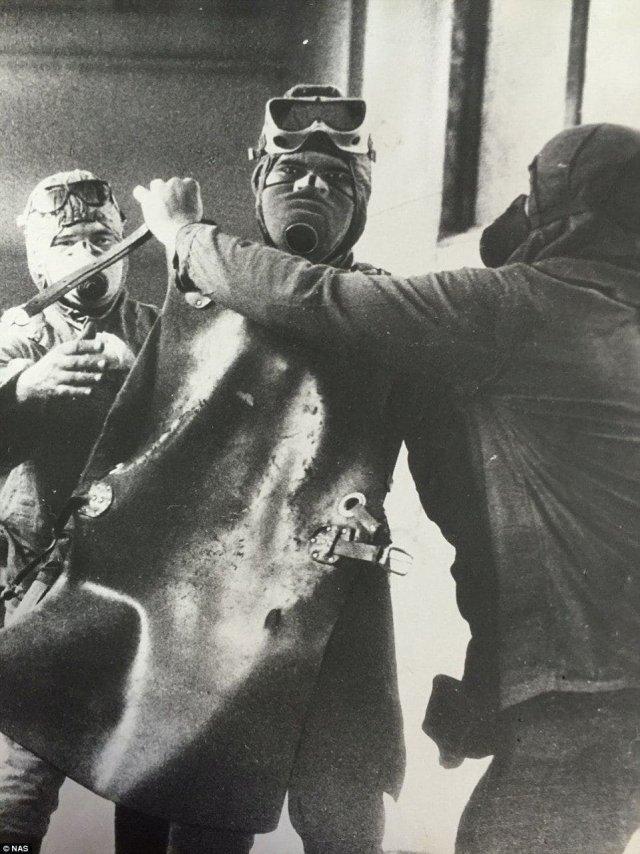 Ликвидатор готовится к очистке крыши реактора номер четыре. Чернобыль, 1986 год.