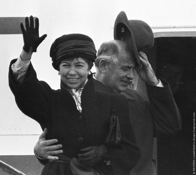 Михaил и Раиса Горбачевы на трапе правительственного Ил-62 перед отлётом в Москву. Рейкьявик. 1986 год