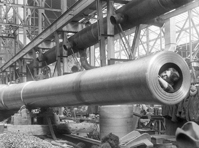 Работница чистит нарезы ствола 381–мм корабельного орудия на арсенале в Ковентри. Великобритания, 1910 год.