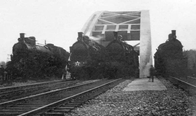 Испытания нового Химкинского моста под тяжестью паровозов, 1937