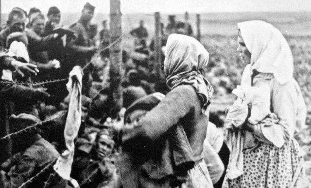 Женщины раздают хлеб советским военнопленным. Калининская область, 1942 год