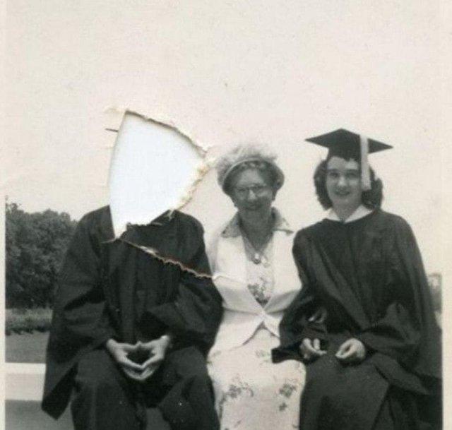 «Удаление из друзей» в XX веке. Почти все, кто ссорился с кем-либо из друзей или родственников, вырезал их лица из фото и выкидывал в урну.