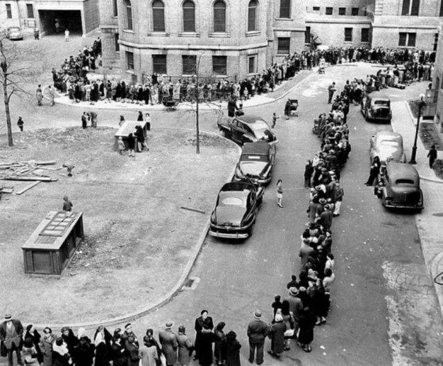 Большая очередь в больницу Моррисании, для прививки против оспы. Нью-Йорк, 14 апреля 1947 г.