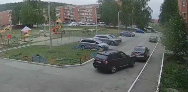 Пьяная автоледи несколько раз протаранила припаркованную машину и сбила велосипедиста