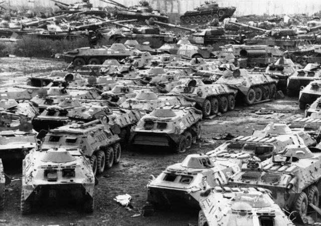 Российские танки отданы на переработку в соответствии с международными договорами о разоружении, 1995 год.