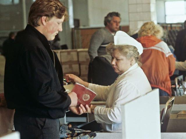 Проверка прописки на кассе при продаже дефицита, Москва, 1990 год.