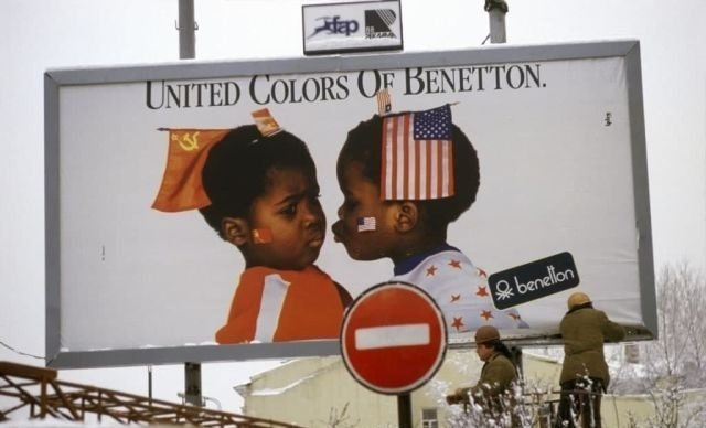 Рекламный щит итальянского бренда модной одежды United Colors of Benetton в Москве, январь 1988 г.