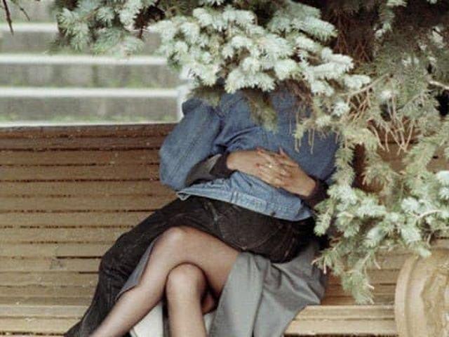 Странно сидящие молодые люди, запечатленные фотографом, на территории ВВЦ, Москва 1993 год.