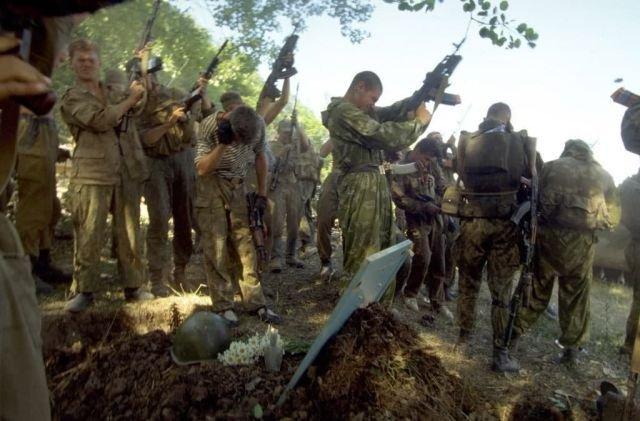 Российские солдаты прощаются с погибшим товарищем. Чечня. 1995 год.