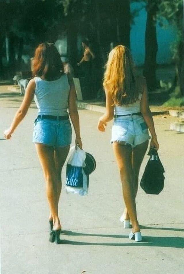 Девушки прогуливаются по летнему Владивостоку, 1990-е годы.