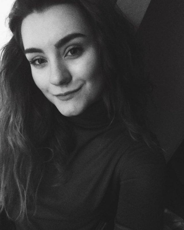 София Сапега - девушка основателя телеграм-канала NEXTA Романа Протасевича в черном костюме