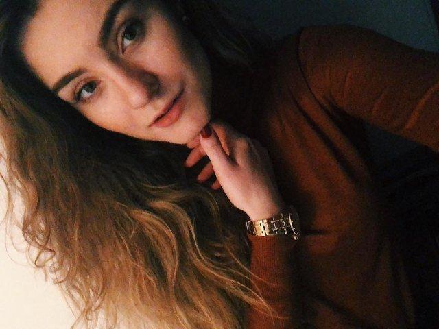 София Сапега - девушка основателя телеграм-канала NEXTA Романа Протасевича в коричневой кофте с часами на руке
