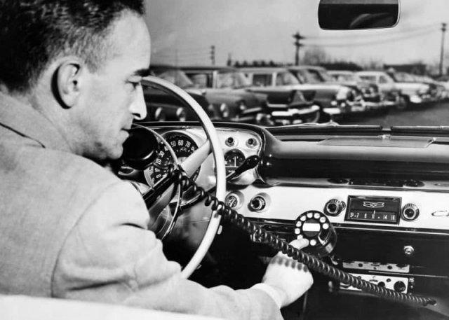 Радиотелефон в автомобиле, 1957 год.