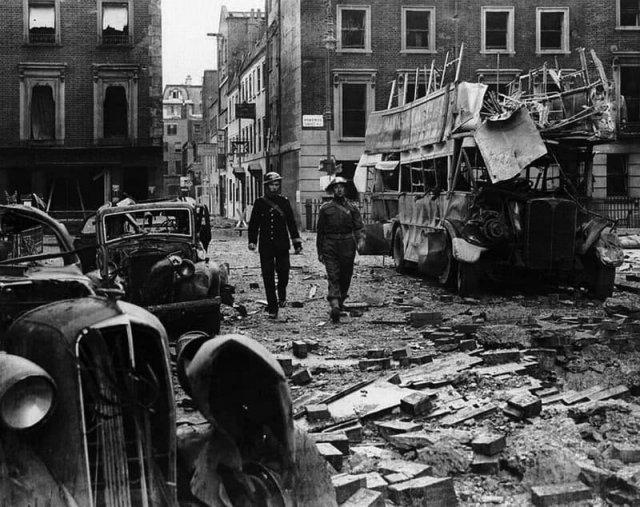 Последствия ночной бомбардировки Лондона, 1940 год.