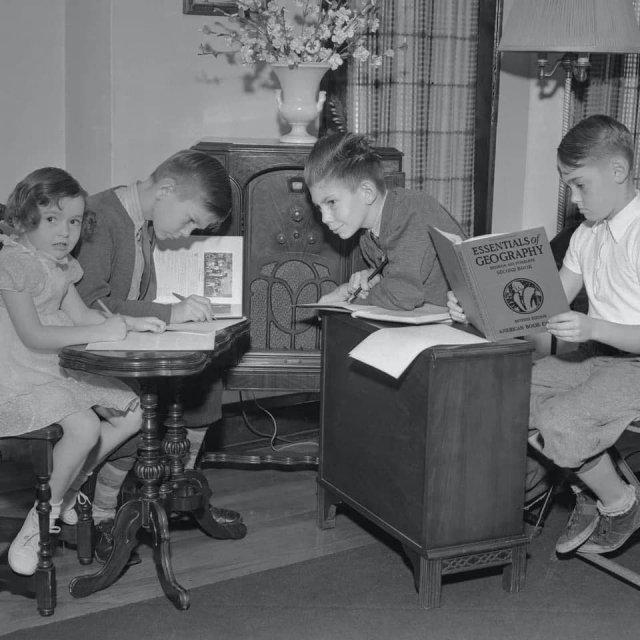 Дистанционное обучение детей во время вспышки полиомиелита в 1940-х годах. Учителя читали уроки по радио.