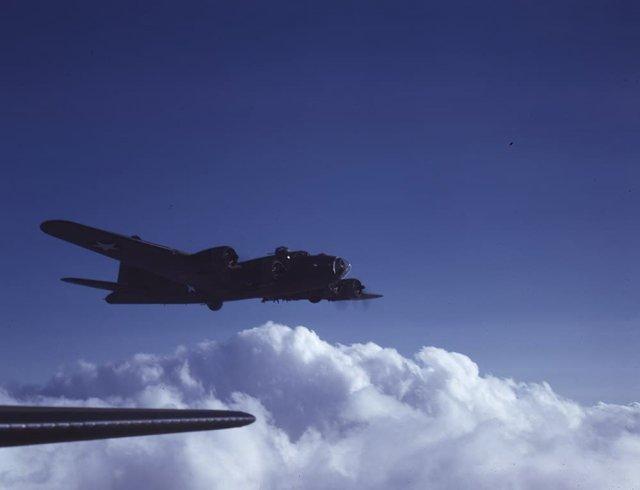 Бомбардировщик Boeing B-17 Flying Fortress над Вашингтоном, 1943 год.