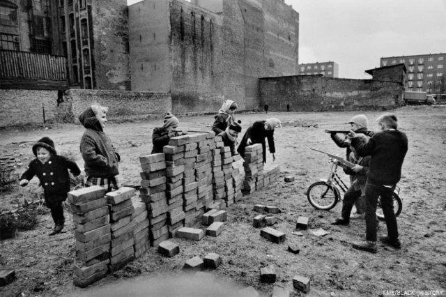 Дети играют в постройку Берлинской стены. Западный Берлин, Германия, 1962 год.