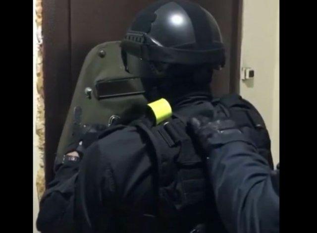 Бойцы спецназа, забыв болгарку, уговаривают преступника самостоятельно открыть дверь