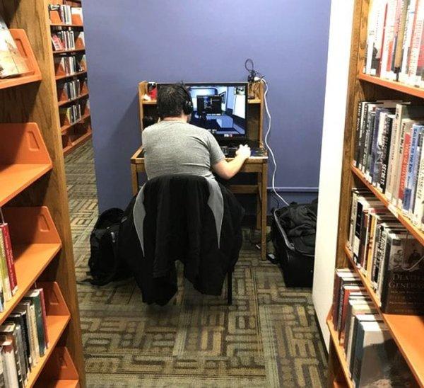 Парень носит с собой ПК в библиотеку, чтобы спокойно поиграть