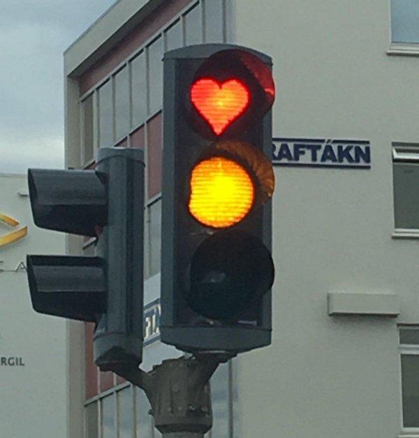 Красный сигнал светофора в виде сердечка
